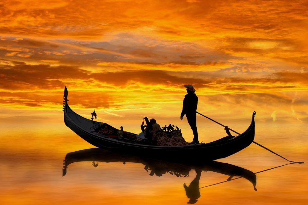venise en amoureux - gondole coucher de soleil