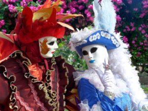 Due persone in costume del carnevale di venezia
